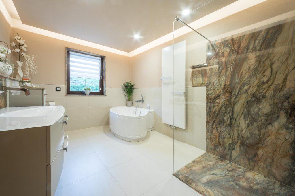 Badezimmer mit exotischem naturstein fusion wow multicolor b hm naturstein - Badezimmer naturstein ...