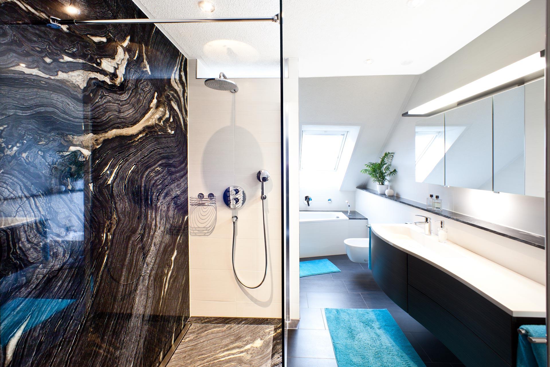 Badezimmer mit Marmor Silver Brown Wave und Keramik – Böhm Naturstein